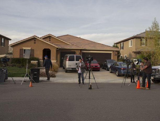 Tiedotusvälineet kerääntyivät perheen kotitalon edustalle Kalifornian Perrisiin.