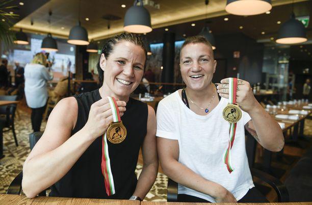Mira Potkonen ja Elina Gustafsson juhlivat EM-kultaa viime kesänä.