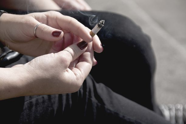 Sosiaali- ja terveysministeriön asettama työryhmä on esittänyt muun muassa tupakointikieltoa taksitolpille ja bussipysäkeille. Kuvituskuva.