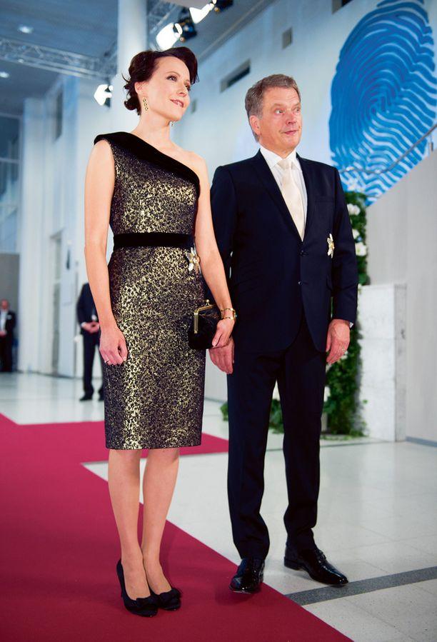 Viime vuonna Linnan juhlat järjestettiin Tampere-talossa ja uuden etiketin mukaan asuksi sai valita lyhyen puvun. Presidentin rouva Jenni Haukio säväytti Sari Nordströmin metallinhohtoisessa mekossa.