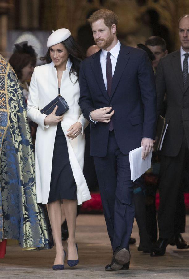 Meghan Markle saapui Westminster Abbeyyn kihlattunsa prinssi Harryn käsipuolessa.