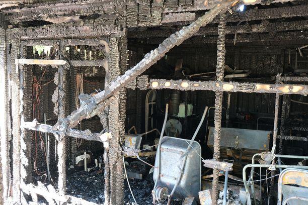 Varastorakennus tuhoutui palossa. Siellä säilytettiin muun muassa työkoneita ja kalusteita.