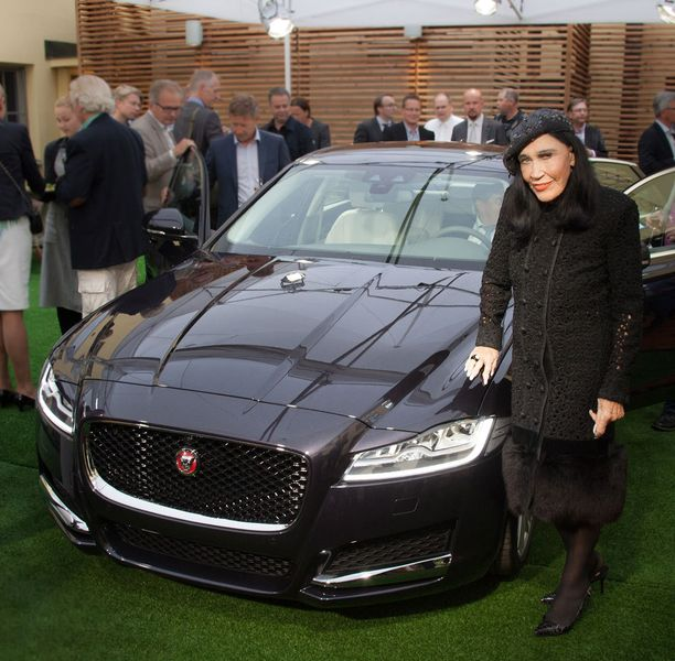 Kirsti Paakkanen poseerasi torstaina Jaguar XF -uutuusauton kanssa, Marimekko-legenda keräsi kutsuvieraiden katseet.