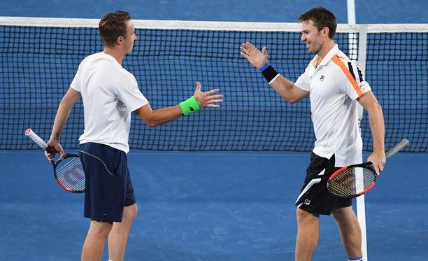Henri Kontinen ja John Peers juhlivat Australian avointen voittoa.
