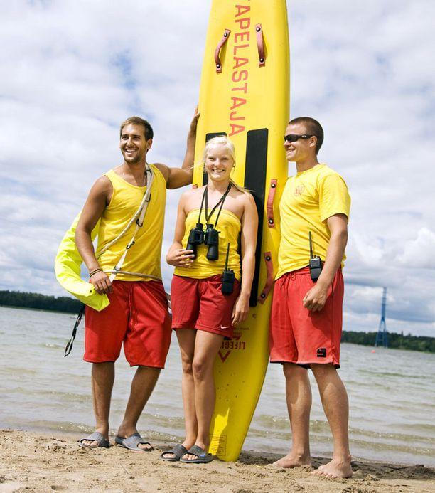 Aina valmiina Helsinkiläisen Hietaniemen uimarannan turvallisuutta valvovat Janir Goresh, Aino Alastalo ja Joona Haapaniemi ottavat tyytyväisinä vastaan tiedon viikonlopun superhelteestä.