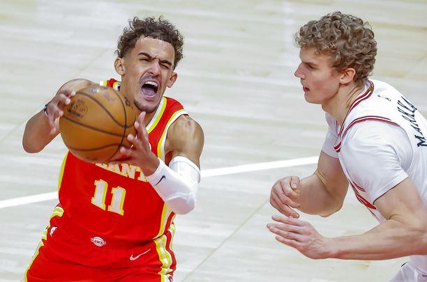 Lauri Markkanen puolustaa Atlanta Hawksin Trae Youngia vastaan.