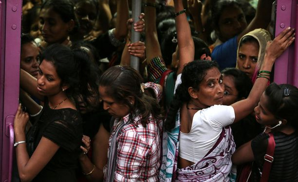 YK:n väestörahasto pyrkii edistämään muun muassa seksuaali- ja lisääntymisterveyttä maailmanlaajuisesti. Kuva Intian Mumbain paikallisjunasta.