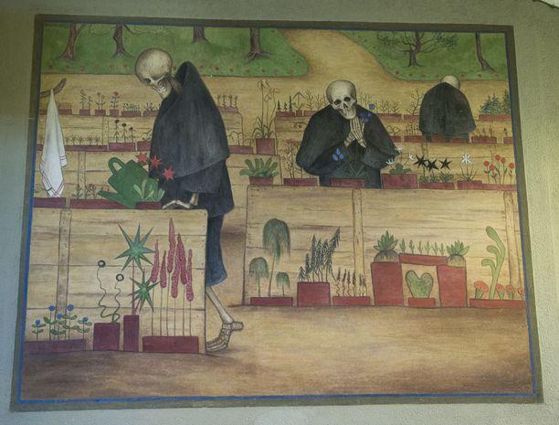 Simbergin Kuoleman Puutarha -fresko samassa kirkossa jaksaa ihmetyttää turisteja - ja aiheutti tekoaikanaan paheksuntaa.