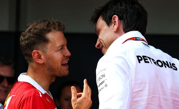 Toto Wolff (oik.) on joutunut toteamaan Sebastian Vettelin kovaksi vastukseksi.