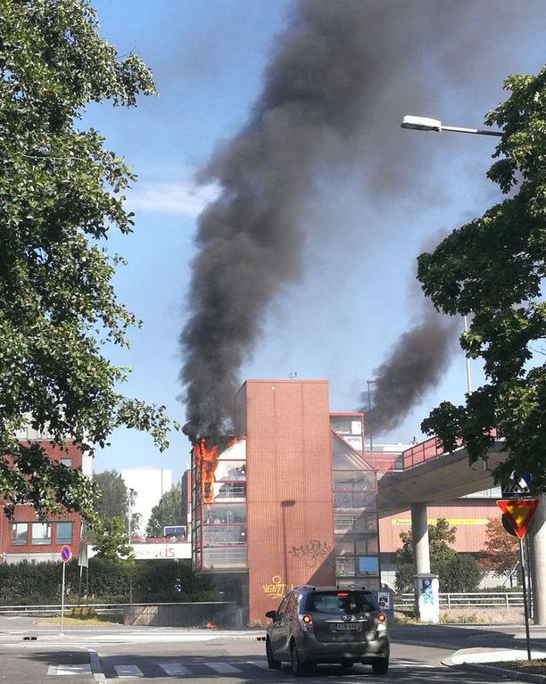 Palon aiheuttama savupatsas näkyy kauas Helsingin Itäkeskuksesta.
