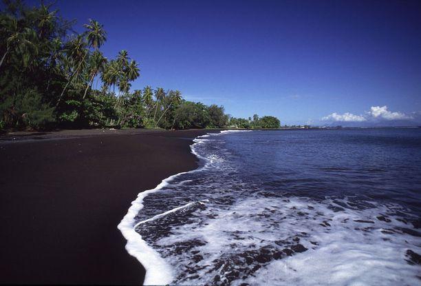 Tahiti, Ranskalainen Polynesia: Tahitin mustat rannat ovat hätkähdyttävä näky, koska niitä ympäröi runsas ja vehreä kasvillisuus.