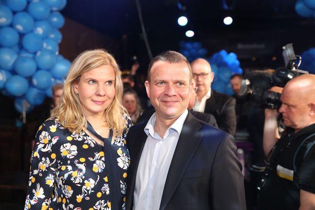 Petteri Orpon vaimo Niina Kanniainen-Orpo jännitti illan miehensä rinnalla vaalitulosta.