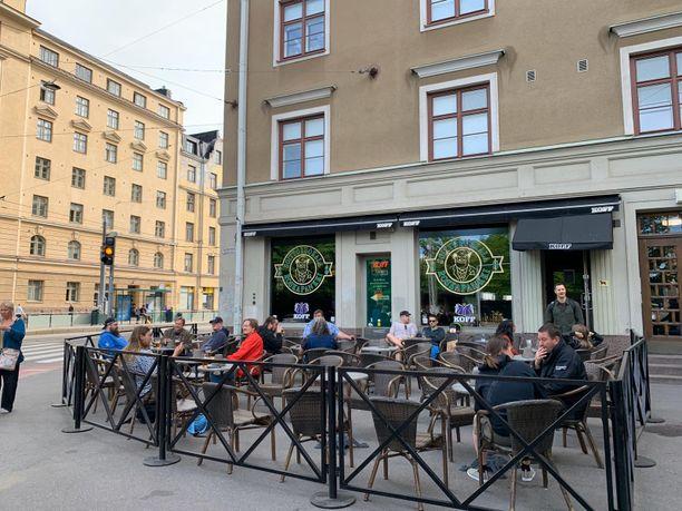 Kallion Roskapankin terassilla riitti asiakkaita heti aamuyhdeksältä.