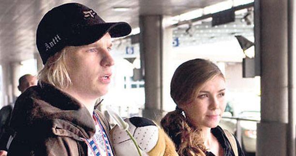 Onnellinen odottava pari kohtasi lentokentällä Pihlströmin tullessa takaisin MM-kisoista.