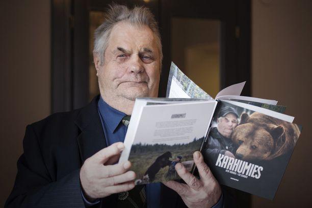 Sulo Karjalaisen elämäntyöstä ja karhuista ilmestyi tänään kirja Karhumies (Docendo).