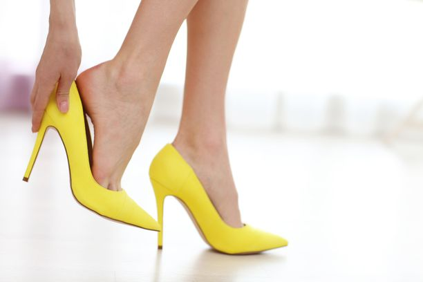 Tyylikäs kenkävalinta voi lisätä kivuliasta vaivaa.
