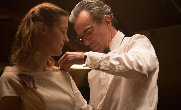 Paul Thomas Andersonin uutuusfilmi tarjoilee pukuloistoa ja suurta draamaa. Kuvassa Vicky Krieps ja Daniel Day-Lewis.