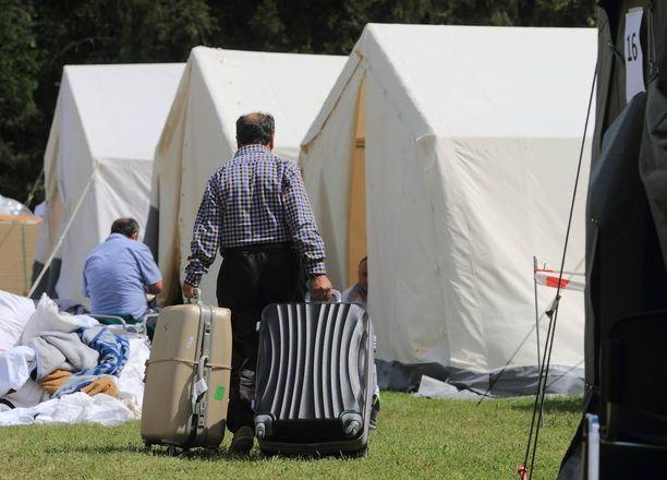 Pakolaisia joudutaan majoittamaan jo telttakyliin.