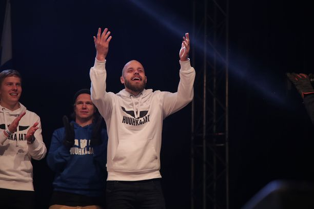 Teemu Pukki otti yleisön haltuun tiistain torijuhlassa Helsingissä.