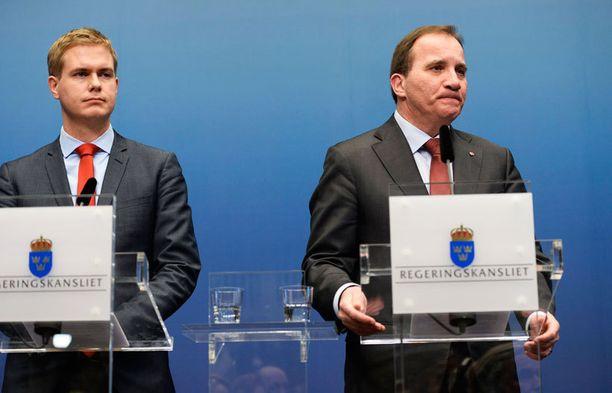 Vihreiden Gustav Fridolin (vas.) ja sosiaalidemokraattien Stefan Löfven kertoivat hallituksen kaatumisesta keskiviikkona alkuillasta.