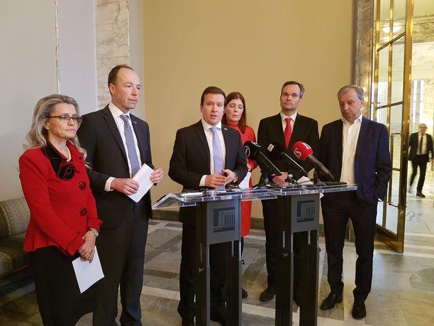 Koko oppositio ottaa osaa välikysymykseen. Vasemmalta lukien Päivi Räsänen (KD), Jussi Halla-aho (PS), Ville Tavio (PS), Sari Sarkomaa (kok), Kai Mykkänen (kok) ja Harry Harkimo (LiikeNyt).