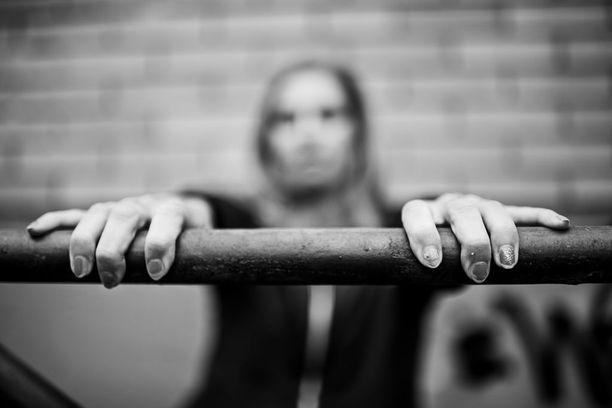 Päihde- ja mielenterveyskuntoutuja Jennan, 26, pahimmat päihdevuodet ovat sumun peitossa.