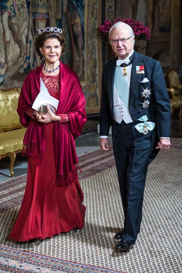 Kuningatar Silvia luotti pikkujouluväreihin pukeutumisessaan.