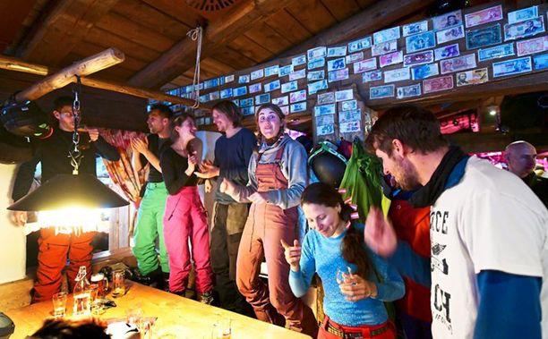 Ensimmäinen virallinen tartunta todettiin vauhdikkaasta menostaan tunnetun Kitzloch-baarin tarjoilijalla.