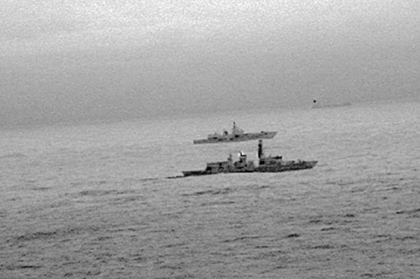 Kuninkaallisen laivaston fregatti HMS St Albans saattaa kuvassa venäläistä sota-alusta pois Britannian aluevesien tuntumasta Pohjanmerellä.