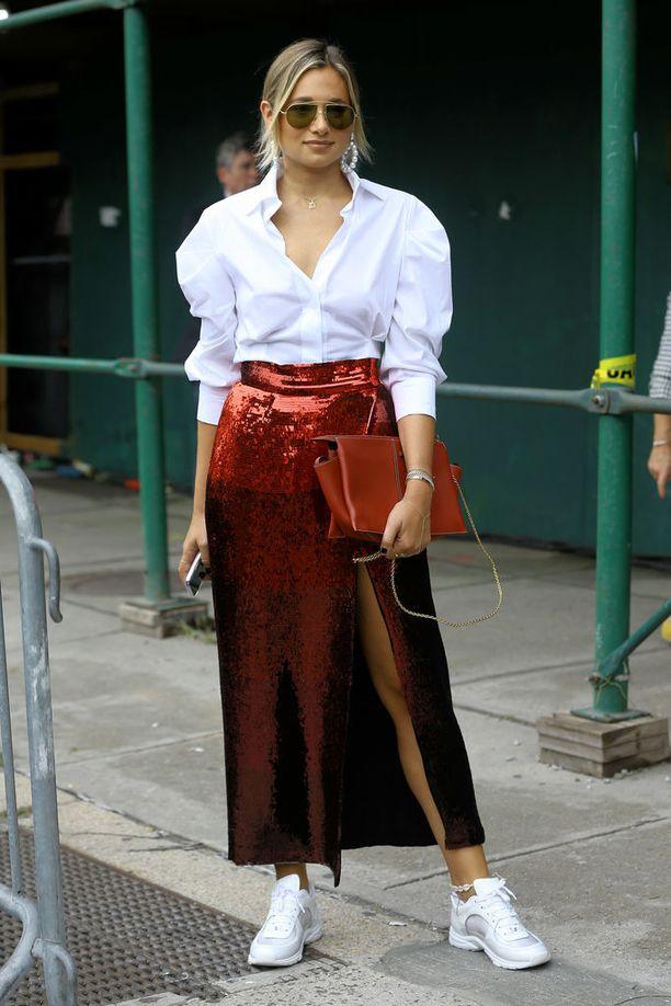 Stailausvinkki: näyttävä hame rauhoittuu valkoisesta paitapuserosta ja lenkkareista.