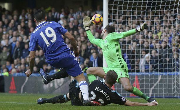Diego Costa pommittaa voittomaalin Ben Fosterin selän taakse.