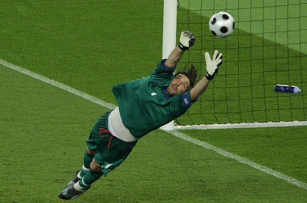Gianluigi Buffon joutuu venymään tänään varmasti parhaimpaansa.