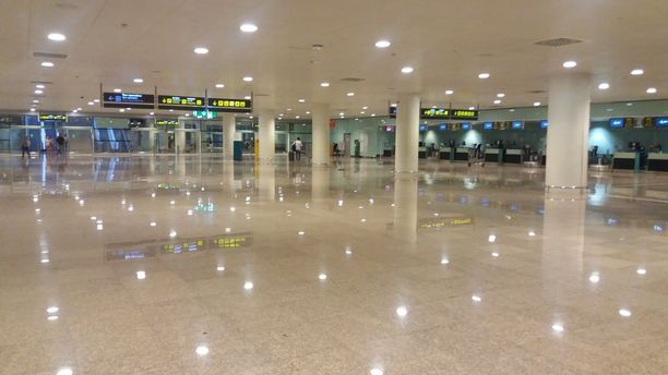Barcelonan lentokentällä noin kilometrin mittaisella terminaalikävelyllä oli silmiinpistävää, ettei vastaan tullut yhtään aseistettua poliisipartiota.