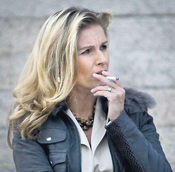 TIISTAINA HERMOSAUHUILLA Tanja Karpela kuvattiin sauhuilla eduskuntatalon edessä alkuviikosta.