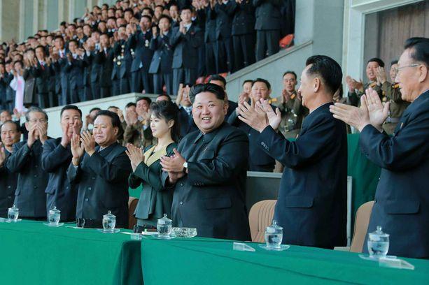 TUORE KUVA Pohjois-Korean presidenttipari katseli yhdessä jalkapalloa.