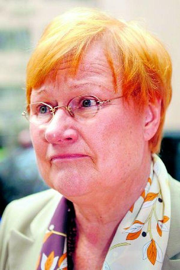 Tarja Halosen takertuminen lautaseensa johti EU:n huippukokouksessa tuolileikkiin.