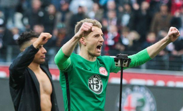 Lukas Hradecky nautti voitosta fanien kanssa.