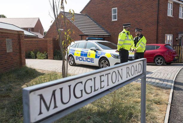 Poliisi ei tiedä, miten brittipariskunta sai hengenvaarallista hermomyrkkyä elimistöönsä. Molemmat löydettiin tajuttomana yksityisasunnosta lauantaina.