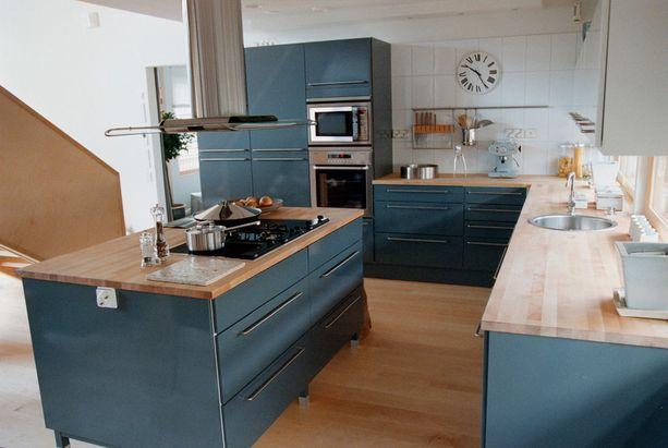 Asuntomessujen moderni keittiö vuodelta 2000.
