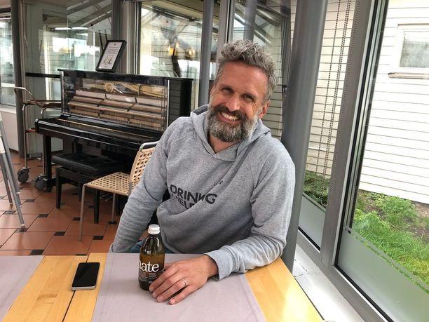Myynti- ja markkinointijohtaja Tabi Bude vieraili Helsingissä ja maisteli myös täällä yrityksen omia juomia.
