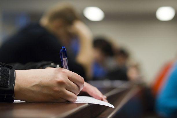 Yhteishakuun liittyviä pääsykokeita on peruttu, mutta yliopistojen valintakokeet pyritään järjestämään normaalisti. Kuvituskuva.