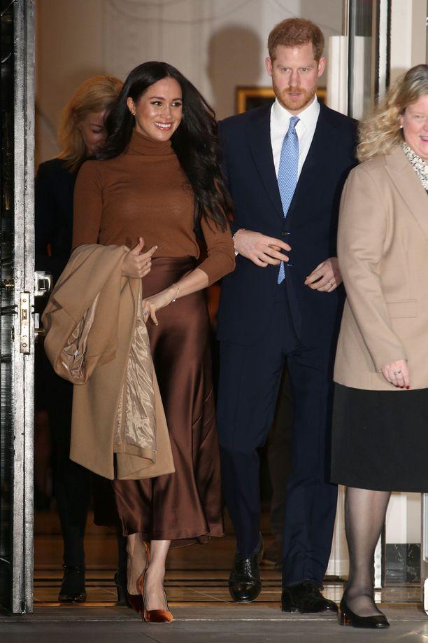 Prinssi Harryn ja herttuatar Meghanin epäillään esittävän kuningattarelle uhkavaatimuksen.