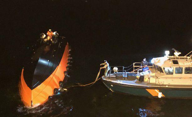 Porvoon onnettomuuden luotsivenettä yritettiin nostaa ja kääntää oikeinpäin, mutta se upposi pohjaan.
