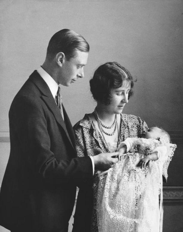 Prinssi Albertin ja skotlantilaisen jaarlin tyttären Elizabeth Bowes-Lyonin tytär kastettiin yksityisessä kappelissa Buckinghamin palatsissa. Nimekseen tytär sai Elizabeth (suom. Elisabet) Alexandra Mary.