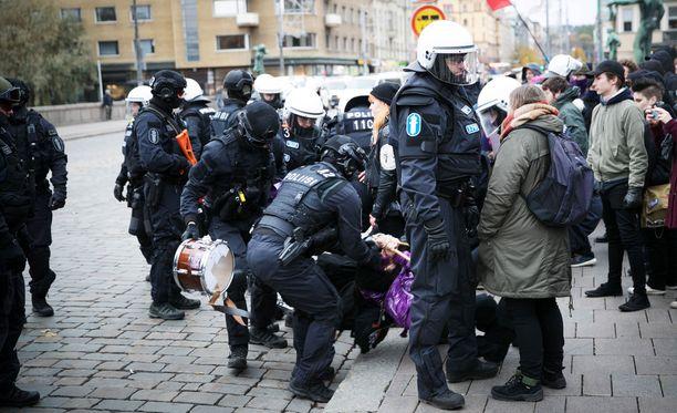 Poliisi tutkii vastamielenosoittajien toimia epäiltynä väkivaltaisena mellakkana.