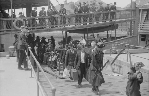 Siirtolaisia rantautumassa Ellis Islandille vuonna 1910.