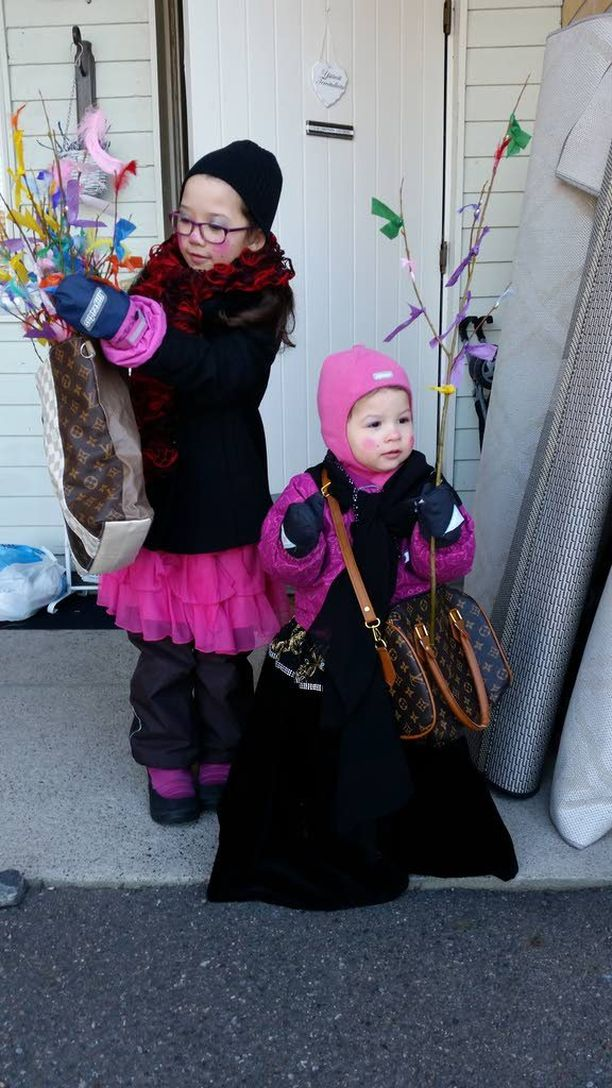 Oulussa virponeiden 8-vuotiaan Monican ja 2-vuotiaan Marian vaatetus edusti perinteistä noitatyyliä. Värikkäiden vitsojen lisäksi tärkeää ovat isot laukut.