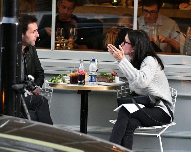 Courteney vaikutti selostavan jotakin Johnnylle.