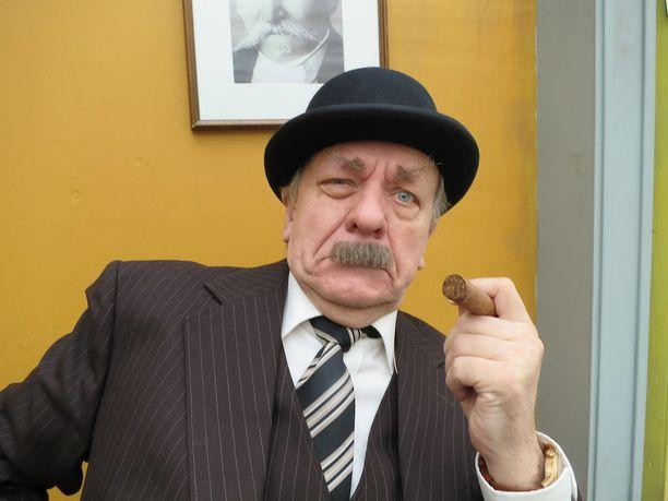 Esko Roine varoo maistamasta oikeaa sikaria komisario Palmuna, jotta lakko pitäisi. Kesäkuun alussa tulee vuosi täyteen ilman savukkeita.