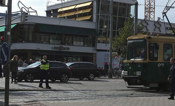 Sähkökaapeli putosi raiteille Helsingin keskustassa päivän ruuhkaisimpaan aikaan.
